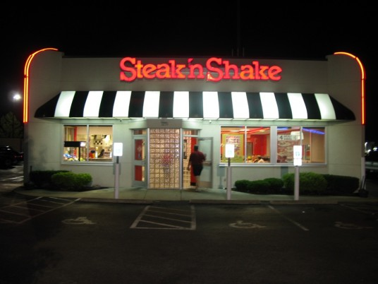 Steak 'n Shake restaurant at night